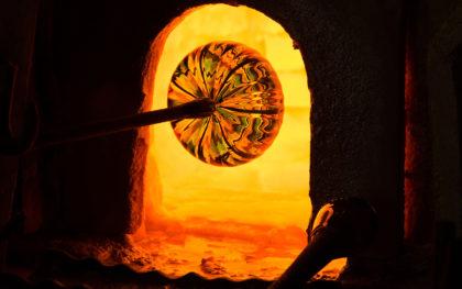 lavorazione in fornace del vetro di murano da artigiani